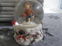 weihnachtskugel Glaskugel Schneekugel schneemann Mädchen im schnee schneeflocken
