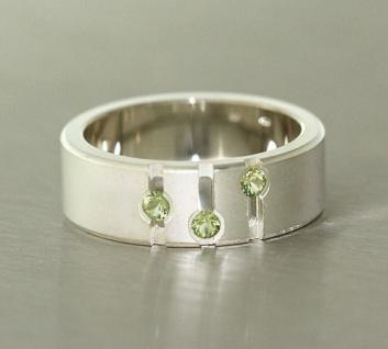 Breiter massiver Silberring 925 mit grünen Zirkonias - Ring echt Silber Bandring
