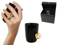 Kaffeetasse mit Diamant am Griff, Tasse schwarz, Ring gold