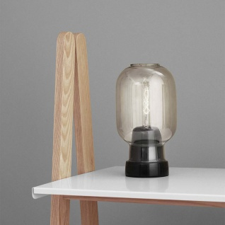 Normann Copenhagen Tischleuchte Amp im Skandi-Look Rauchglas Tischlampe