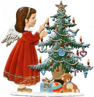 Engel schmückt Baum zum Stellen