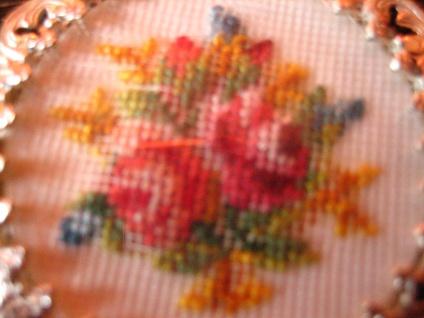 bezaubernder Vintage Trachten Dirndl Anhänger Rosen Stickerei Gobelin verglast - Vorschau 2