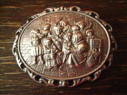 herrliche Jugendstil Brosche häusliche Szene Vater Mutter Kinder 800er Silber