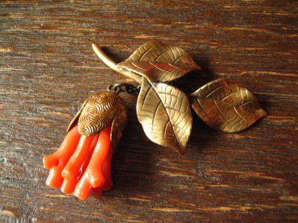 nostalgische antike Brosche echte rote Koralle gold Zweig Knospe Blüte hängend