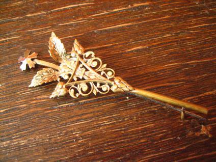 antike Trachten Brosche Krawattennadel Hutfeder aufwändige Handarbeit rotgold
