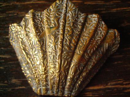 bezaubernde Jugendstil Gürtelschließe Gürtelschnalle mit Chinoisen gold messing - Vorschau 2