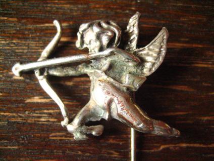 reizende antike Brosche Krawattennadel Engel Putto Amor Eros Bogen 800er Silber - Vorschau 2