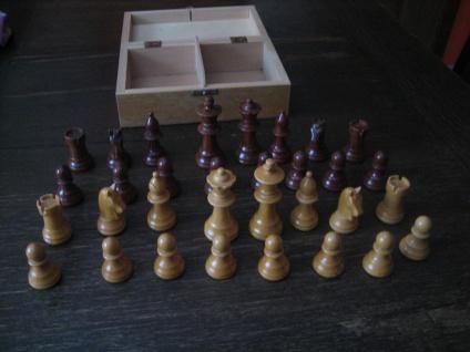schöne vintage Schachfiguren Massivholz gedrechselt und geschnitzt im Kästchen