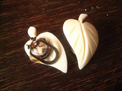 schöne Art Deco Blatt Ohrringe Clips geschnitzt Handarbeit Erbach Bein 1930 - Vorschau 2