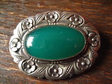 sehr dekorative große Jugendstil Brosche getrieben Alpakka silber Stein grün oval