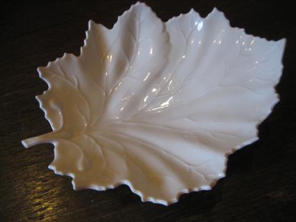 große elegante Anbietschale Konfektschale Höchst Porzellan Blatt Form weiß