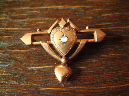 romantische Jugendstil Brosche rotgold mit Herz Abhängung und Opal Steinchen