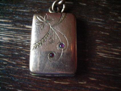 reizvolles Jugendstil Medallion rotgold fein graviert rubin Steine seltene Form