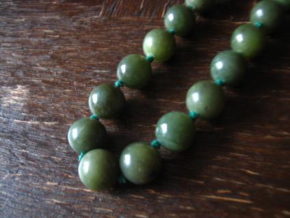 zeitlose lange Vintage Kette echte grüne Jade Kugeln 74 cm lang 10 mm Durchm.