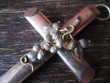 wunderschöner Biedermeier Kreuz Anhänger mit aufgesetzten Blüten gold Doublé - Vorschau 3