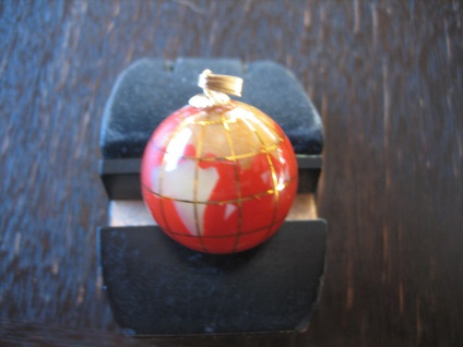 Rarität ausgefallener Vintage Anhänger Weltkugel Globus Erde plastisch rot gold