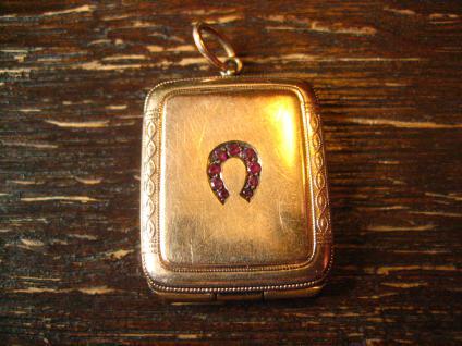 reizvolles Jugendstil Medallion rotgold Hufeisen Reiter Pferd Glücksbringer
