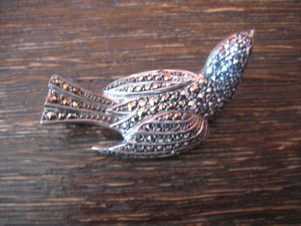 reizende Art Deco Markasit Brosche Vogel Lerche sitzend 925er Silber TOP Zustand