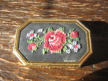 reizendes vintage Pillendöschen Pillendose Döschen Rosen Rose gestickt gold