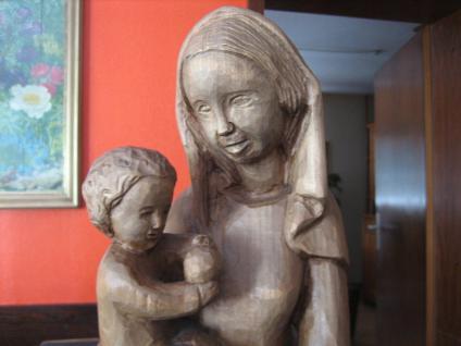 große ältere Madonna Maria mit Jesus Kind Holz geschnitzt 63 cm hoch sehr schwer - Vorschau 2