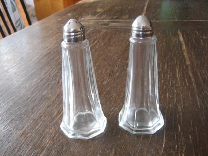 Paar große elegante Vintage Salz- und Pfefferstreuer Glas Pressglas