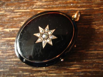 prächtiger Biedermeier Medallion Anhänger Emaille schwarz emailliert gold Perlen