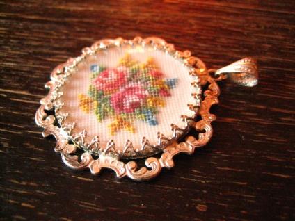 bezaubernder Vintage Trachten Dirndl Anhänger Rosen Stickerei Gobelin verglast - Vorschau 3