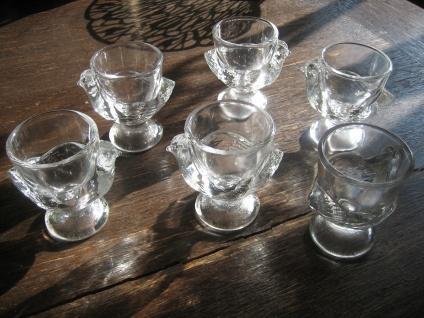6 zauberhafte vintage Eierbecher Hühnchen Henne Küken Huhn Pressglas klar Glas