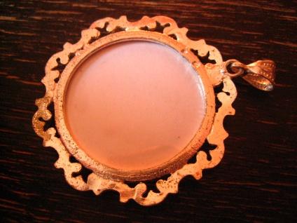 bezaubernder Vintage Trachten Dirndl Anhänger Rosen Stickerei Gobelin verglast - Vorschau 4