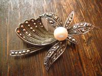 reizvolle Art Deco Markasit Brosche 830er Silber Perle florale Form Handarbeit