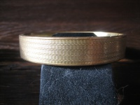 zeitlos eleganter Art Deco Armreif dezentes Muster gold Double Klappscharnier