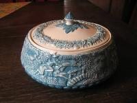 antike Majolika Fayence Keramik Deckeldose Dose mit figürlichen Szenen signiert