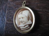 reizender antiker Medallion Anhänger mit Baby Bild kleines Kind mit Käppchen
