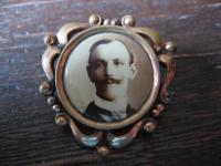 seltene Jugendstil Medallion rotgold Brosche offen mit antikem Herren Bild Foto