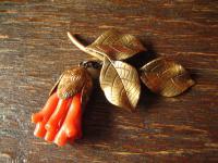 nostalgische antike Brosche wie rote Koralle gold Zweig Knospe Blüte hängend