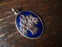reizender Jugendstil Anhänger blau emailliert Emaille Blumenkörbchen Blumenkorb