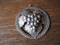antiker Trachten Dirndl Anhänger Weintraube Traube Rebe Weinlaub 800er Silber