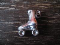 Rollschuh Rollerscates winziger Anhänger Bettelarmband Charm 835er Silber