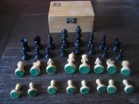schöne vintage Schachfiguren Massivholz gedrechselt und geschnitzt mit Kästchen