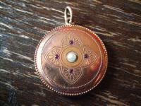 bezaubernd schöner Jugendstil Medallion Anhänger rotgold gold rund rubin perlebezaubernd schöner Jugendstil Medallion Anhänger rotgold gold rund rubin perle