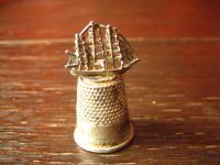 super schöner Fingerhut Thimble Segelschiff Dreimaster plastisch aufgesetzt