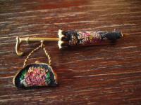Rarität reizende Vintage Modeschmuck Brosche Schirm Tasche Petit Point Sixties