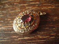ganz bezaubernder vintage Medallion Anhänger Blüten Verzierung Lila Farbstein