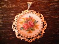 bezaubernder Vintage Trachten Dirndl Anhänger Rosen Stickerei Gobelin verglast