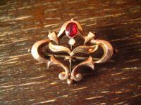 reizende Jugendstil rotgold Brosche wunderschöne Form roter Stein Schaumgold