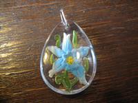 farbenfroher Vintage Trachten Dirndl Anhänger blaue Blume hinter Glas
