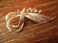 reizvolle Art Deco Markasit Brosche Schleifen Form 800er Silber zeitlos elegant