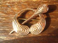 geschmackvolle gold schimmernde Bronzefibel Bronze Fibel Brosche Spiralen Kelten LARP