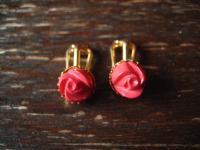 bezaubernde Ohrringe Clips Ohrclips dunkel rosa rote Koralle Rose Röschen gold