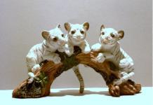 3 Tiger Babys a. Baumstamm Katze Tigerfigur weiss Skulptur Deko Tier Figur Löwe